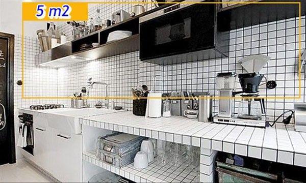 Kệ hở với ngăn đựng tuy đơn giản nhưng đủ để phòng bếp trở nên gọn gàng hơn