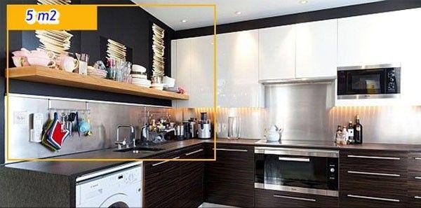 Chiếc kệ gỗ vừa là nơi lưu trữ đồ đạc, vừa tạo điểm nhấn đẹp mắt cho phòng bếp