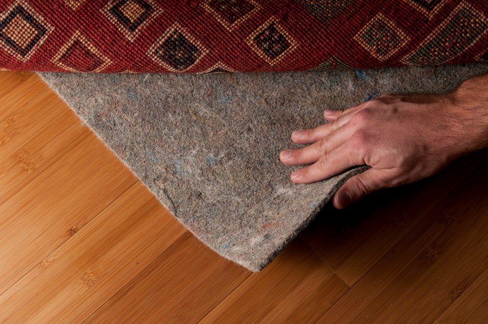 bỏ thảm đi để bảo vệ sàn gỗ trong mùa mưa