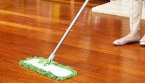 làm sạch sàn gỗ trong mùa mưa