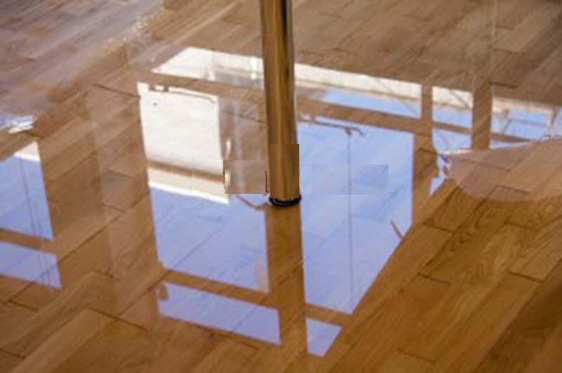cách xử lý sàn gỗ tự nhiên bị thấm nước do mưa.