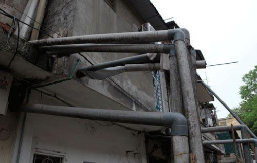 hóa giải cạnh nhà có nhiều ống nước thải lắp nổi