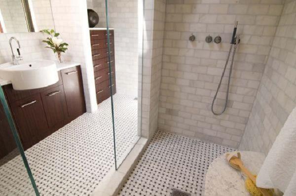 chọn gạch nhám chống trơn trượt cho phòng tắm.