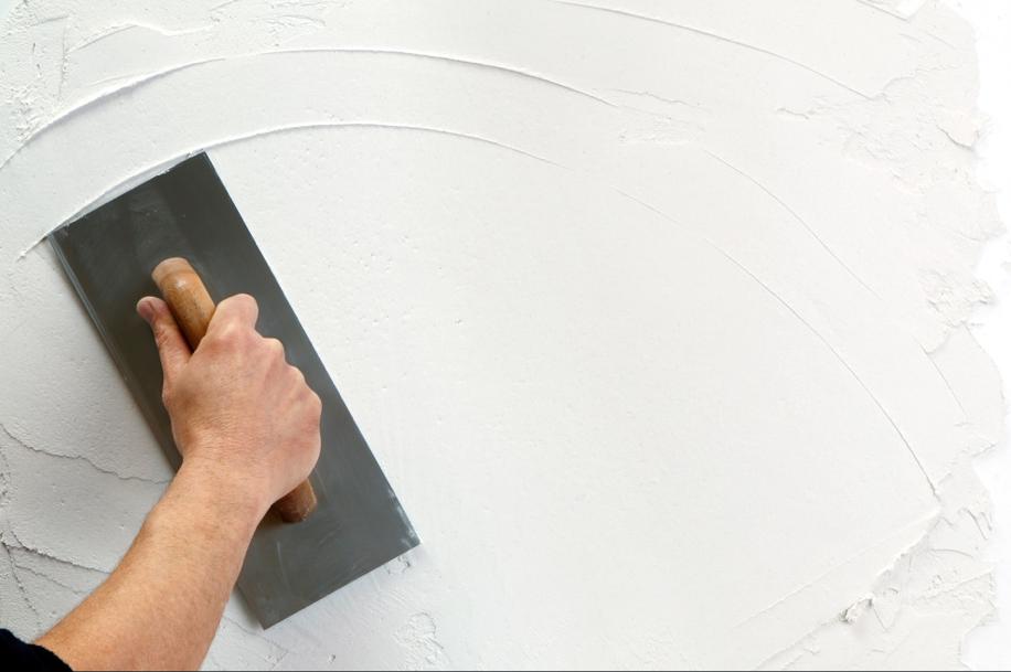 làm sạch tường trước khi sơn để chống nấm mốc
