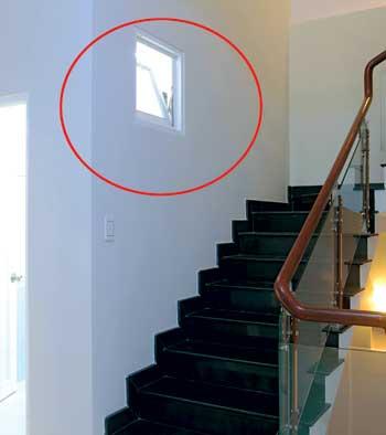 cửa sổ nhà vệ sinh mở ngang tầm cầu thang
