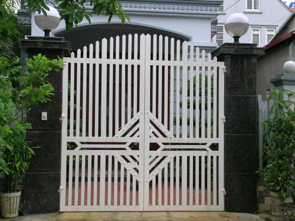 tuổi thọ bền mãi với thời gian của cửa cổng bằng sắt