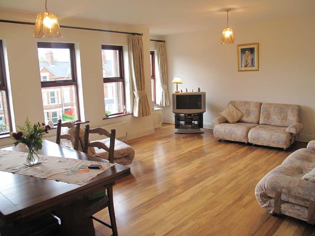 sàn gỗ công nghiệp bền đẹp cho chung cư.