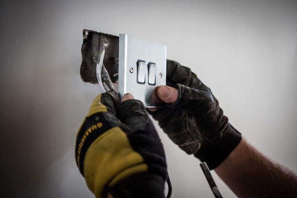 xử lý hệ thống điện trong nhà sau mưa bão.